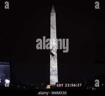 Proiettata sul Monumento di Washington, la foto di Neil Armstrong di impronta sulla superficie lunare sbalorditi del pubblico su National Mall durante il cele Foto Stock