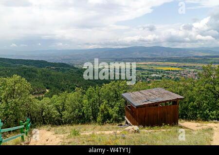 Legno rifugio di montagna per riposare nei pressi di percorso verso Stob piramidi, west quota della montagna Rila, Kyustendil regione, Bulgaria, Europa