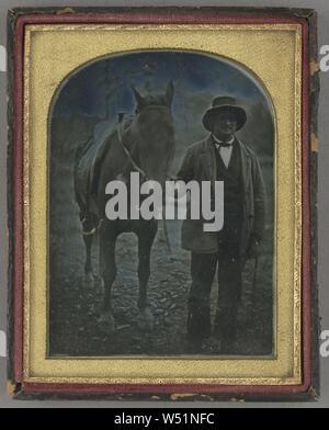 Uomo e Cavallo, attribuito al produttore sconosciuto, americano, circa 1847, Daguerreotype, colorate a mano, 12 × 8,9 cm (4 3/4 x 3 1/2 in Foto Stock