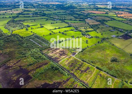 Immagine aerea delle zone rurali e tipico verde e lussureggiante campagna della contea di Kildare in Irlanda