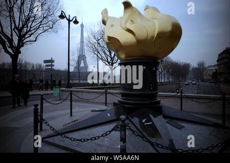 Parigi - LA FLAM della libertà di PONT DE L'ALMA - UNA RIPRODUZIONE DEL FLAM DI la statua della libertà alla stessa dimensione data dalla American grazie al popolo francese opere di restauro nel 1986 - dopo un tragico incidente avvenuto nel mese di Agosto 31 1997 Diana Spencer morto VICINO A QUESTO SATUE CONSIDERATO DOPO DAI SUOI FANS è un luogo commemorativo a Parigi - Lady Diana MORTE A PARIGI - CANDELA AL VENTO DI ELTON JOHN - PARIGI STAGIONE INVERNALE © Frédéric BEAUMONT