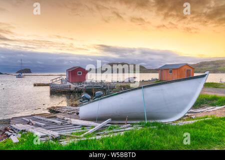 Barche e getta nella pesca costiera village durante il tramonto nelle acque di Terranova, del Canada Foto Stock