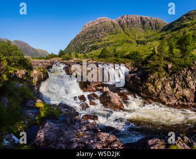 Una cascata sul fiume Coe nel Lochaber regione del west Highlands della Scozia, Regno Unito. Foto Stock