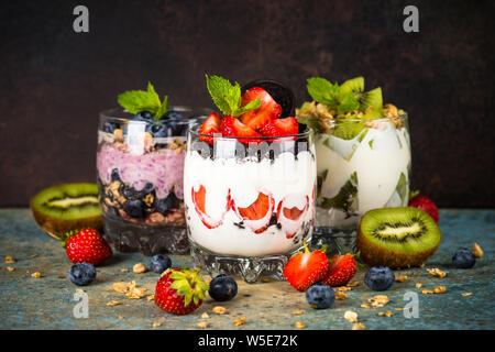 Dessert di frutta in bicchieri con yogurt e frutti di bosco.