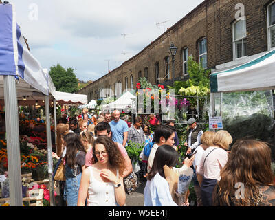 Vista guardando lungo la famosa Columbia Road Flower Market in Bethnal Green a Londra Foto Stock