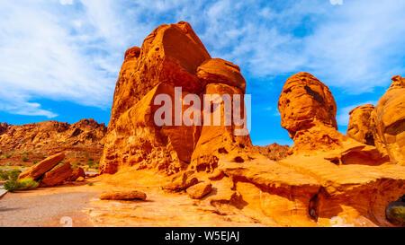 Alba sul colore rosso brillante Aztec roccia arenaria formazione di sette sorelle rock nel raggruppamento il Parco della Valle di Fire State in Nevada, STATI UNITI D'AMERICA Foto Stock