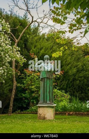 Statua di donna nel giardino di Villa Cimbrone, villaggio di Ravello, Amalfi Coast di Italia
