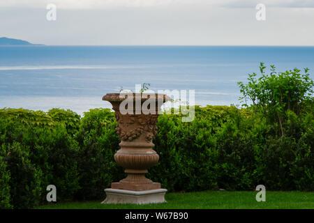 Vaso di fiori nel giardino di Villa Cimbrone, villaggio di Ravello, Amalfi Coast di Italia