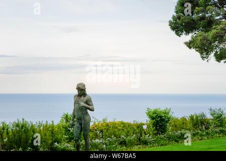 Statua virile nel giardino di Villa Cimbrone, villaggio di Ravello, Amalfi Coast di Italia