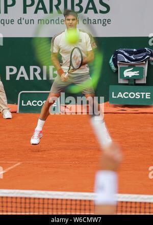 Swiss giocatore di tennis Roger Federer in attesa per il servizio girato durante il French Open 2019, Parigi, Francia
