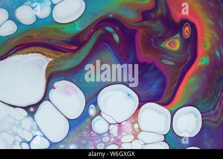 Insolito dipinto astratto con vividi colori al neon, viola scuro e bianco luminoso con cellule popping attraverso per gli sfondi.