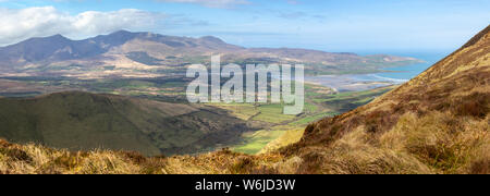 Vista panoramica del Brandon Mountain Range dalle pendici del Beenatoor sulla penisola di Dingle, nella contea di Kerry, Irlanda. Foto Stock