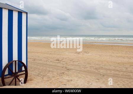Bianco Blu beach cabina su una spiaggia deserta di mattina presto (shot sulla costa belga) Foto Stock