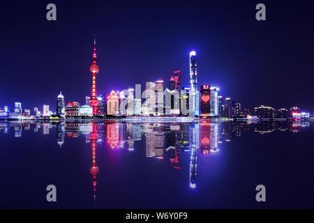 Shanghai skyline della città e di riflessione di notte, Cina.