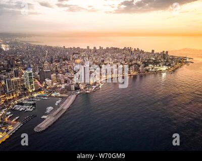 Drone vista aerea del bel tramonto a Beirut, in Libano - Medio Oriente la città capitale Foto Stock