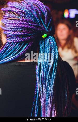Dreadlocks African pigtail su uno sfondo bianco tesse un maestro parrucchiere nel salone, capelli close-up sono intrecciati con dreadlocks trecce spazio di copia Foto Stock
