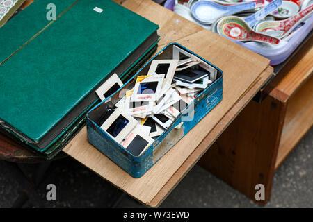 Vintage scorre in una casella blu venduto a Cat Street Il Mercato delle Pulci di Hong Kong Foto Stock