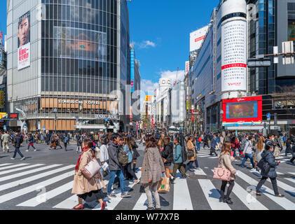 Shibuya Crossing, una diagonale di intersezione pedonale in Hachiko Square, uno dei più trafficati del mondo, Shibuya, Tokyo, Giappone Foto Stock