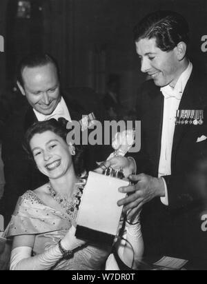 La Principessa Elisabetta riceve un giocattolo stufa per Principe Charlesat il fiore palla, Savoy Hotel, 1951. Artista: sconosciuto