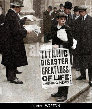 Ragazzo di giornale con la notizia del disastro del Titanic, 14 aprile 1912. Artista: sconosciuto Foto Stock