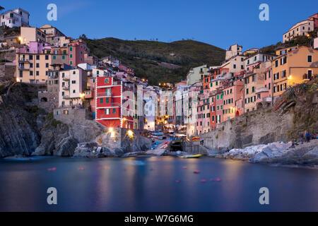 Twilight Vista di Riomaggiore - una delle Cinque Terre Liguria, Italia Foto Stock