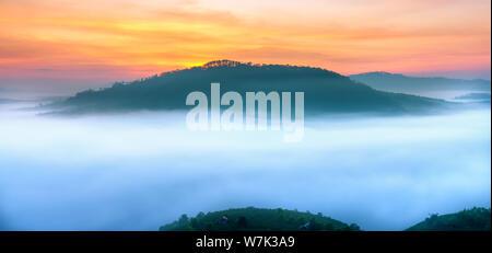 Alba sull'altopiano di montagna coperta di nebbia nella valle da Lat, Vietnam. Creare tutti i meravigliosi panorami di mattina del nuovo bellissimo giorno