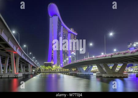 Singapore - 25. Gennaio 2019 : Vista tra 2 ponti per il Marina Bay Sands Hotel Foto Stock