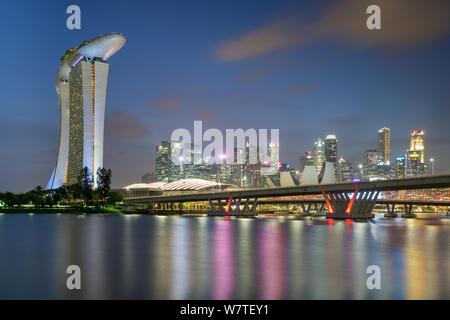 Singapore - 25. Gennaio 2019 : Vista di Benjamin Sheares Bridge, il Marina Bay sands hotel e lo skyline del quartiere finanziario Foto Stock