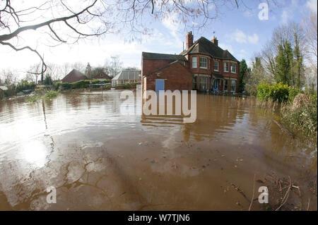Home allagato da febbraio 2014 allagamento con detriti sparsi intorno al giardino, Upton su Severn, Worcestershire, Inghilterra, Regno Unito, 9 febbraio 2014. Foto Stock