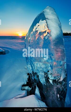La formazione di ghiaccio al tramonto, il lago Baikal, Siberia, Russia, Marzo.