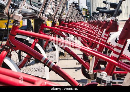 Più biciclette delle 'Bicing' i servizi di trasporto pubblico (metropolitana i trasporti di Barcellona) parcheggiata in una fila fino al prossimo utente prende uno Foto Stock