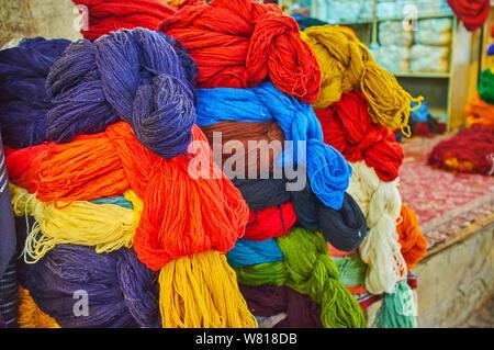 I cumuli di colorati lana e cotone matasse di filo in magazzino-store di Vakil Bazaar, Shiraz, Iran Foto Stock