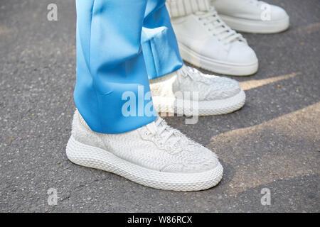 Milano 17 giugno: l uomo con il blu, bianco e nero scarpe