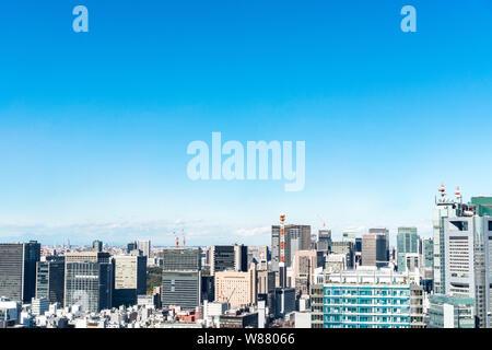 Asia business concept per il settore immobiliare e aziendale - costruzione urbana panoramiche dello skyline della città vista aerea sotto il cielo blu di hamamatsucho, Tokyo, Jap Foto Stock