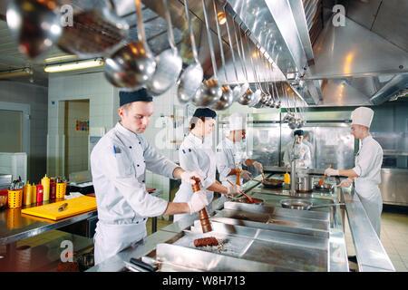 Cucina moderna. I cuochi preparare i pasti nella cucina del ristorante