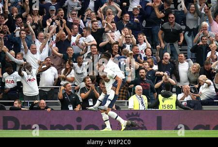 Tottenham Hotspur Harry Kane (sinistra) punteggio celebra il suo lato il secondo obiettivo del gioco con compagni di squadra durante il match di Premier League a Tottenham Hotspur Stadium, Londra. Foto Stock