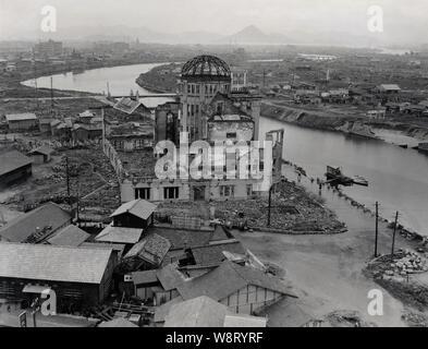 [ 1940s Giappone - Hiroshima bomba a cupola, 1947 ] - La Cupola della Bomba atomica di Hiroshima nel luglio 1947 Showa (22). Hiroshima si sta lentamente ricostruito. Progettato da architetto ceco Jan Letzel, la costruzione è stata completata nel mese di aprile 1915 (Taisho 4) e denominato inizialmente l'Hiroshima Prefectural mostra commerciale (HMI). Il 6 agosto 1945 (Showa 20) esplosione nucleare che ha devastato Hiroshima luogo trovato quasi direttamente al di sopra dell'edificio. Ora noto come la cupola di Genbaku (A-Bomb Dome), questa pace di Hiroshima Memorial è stato registrato nella Lista del Patrimonio Mondiale dell'UNESCO nel dicembre 1996 (Heisei 8). Foto Stock