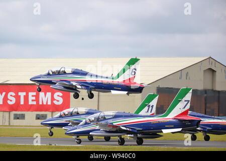 La Nazionale Italiana di Acrobazia Frecce Tricolori decollare al Royal International Air Tattoo RIAT 2019 a RAF Fairford, Gloucestershire, Regno Unito Foto Stock