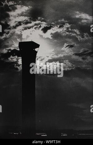 Bene in bianco e nero fotografia d'arte dagli anni settanta del vecchio aeroporto O'Hare della torre di controllo.