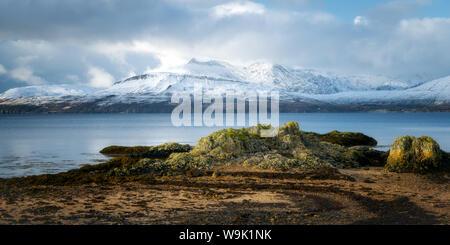 Cuillin Range di montagna nella neve da Ord Beach, Isola di Skye, Ebridi Interne, Scotland, Regno Unito, Europa Foto Stock