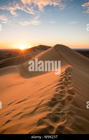 Tramonto su Khongor dune di sabbia in Gobi Gurvan Saikhan National Park, Sevrei distretto, a sud della provincia di Gobi, Mongolia, Asia Centrale, Asia Foto Stock