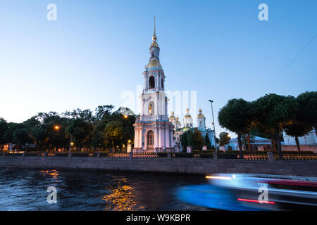 Torre campanaria Naval Cattedrale di San Nicola durante le notti bianche di San Pietroburgo, Russia