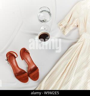 Femmina preparando per andare al lavoro. top visualizza foto ritagliata. flat laici. spazio copia.Preparazione per una celebrazione Foto Stock