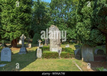 Il granito pietra tombale di African explorer Henry Morton Stanley nella chiesa di San Michele e Tutti gli Angeli a Pirbright, un villaggio vicino a Woking, Surrey, Regno Unito Foto Stock