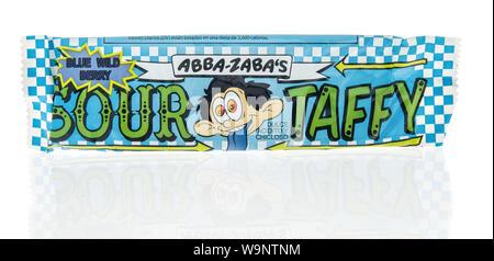 Winneconne, WI - 12 Agosto 2019 : un pacchetto di Abba Zabas sour Taffy Candy isolato su un background Foto Stock