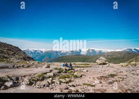 Luglio 26, 2019. Norvegia itinerario turistico sul trolltunga. Persone Turisti escursioni nelle montagne di Norvegia nelle belle giornate di sole per thetrolltunga Foto Stock