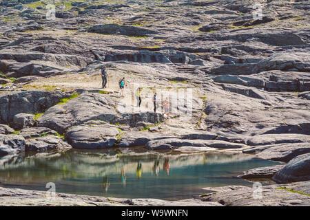 Luglio 26, 2019. Norvegia itinerario turistico sul trolltunga. Persone Turisti escursioni nelle montagne di Norvegia nelle belle giornate di sole per thetrolltunga