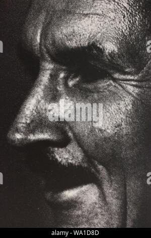 Bene in bianco e nero fotografia d'arte dagli anni settanta di un uomo sospetto di ciò che egli sta vedendo.
