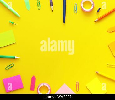 Scuola colorati elementi come un telaio su sfondo giallo. Appartamento laico, vista dall'alto. Si torna a scuola concept Foto Stock