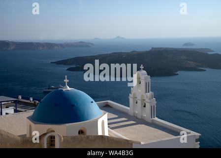 Chiesa di Aghioi Theodoroi in Firostefani su Santorini una delle isole Cicladi nel Mare Egeo, Grecia. Vista del Vulcano Tholos Naftilos. Foto Stock